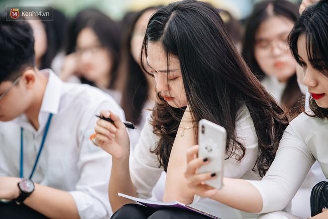 Những khoảnh khắc đẹp nhất mùa bế giảng tại Hà Nội: Dàn nữ sinh khóc lóc bù lu bù loa vẫn giữ được nét xinh xắn đến xao lòng - ảnh 4