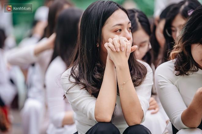 Những khoảnh khắc đẹp nhất mùa bế giảng tại Hà Nội: Dàn nữ sinh khóc lóc bù lu bù loa vẫn giữ được nét xinh xắn đến xao lòng - ảnh 3