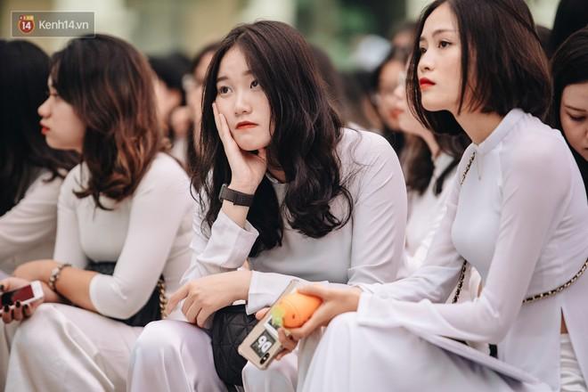 Những khoảnh khắc đẹp nhất mùa bế giảng tại Hà Nội: Dàn nữ sinh khóc lóc bù lu bù loa vẫn giữ được nét xinh xắn đến xao lòng - ảnh 2