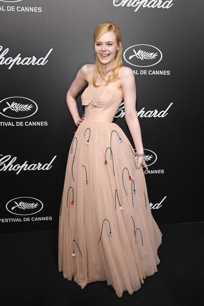 Elle Fanning lịm đi ngay giữa tiệc tại Cannes, và nguyên cớ thì là do câu chuyện váy áo y như Kim Kardashian - ảnh 1