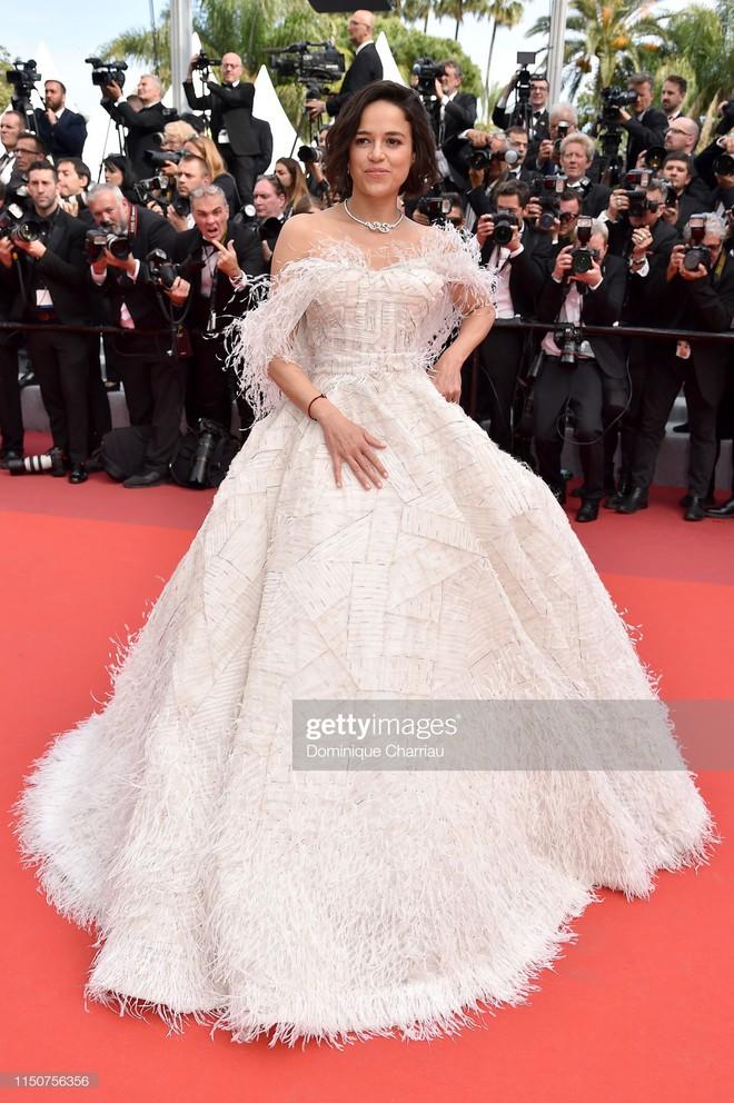 Thảm đỏ Cannes nóng lên từng phút: Brad Pitt - Leonardo lịch lãm ná thở, Chương Tử Di khoe vòng một giành spotlight - Ảnh 20.
