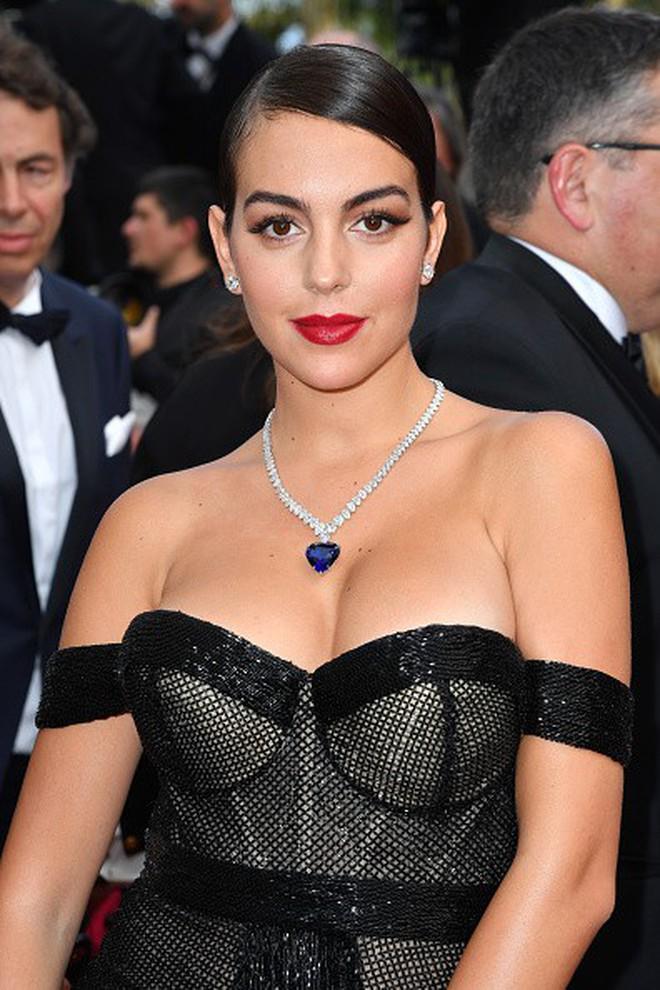 Chẳng cần hở bạo như Ngọc Trinh, bạn gái Ronaldo vẫn khiến fan phải phát cuồng, ná thở vì quá xinh đẹp và nóng bỏng khi xuất hiện ở Cannes - ảnh 2