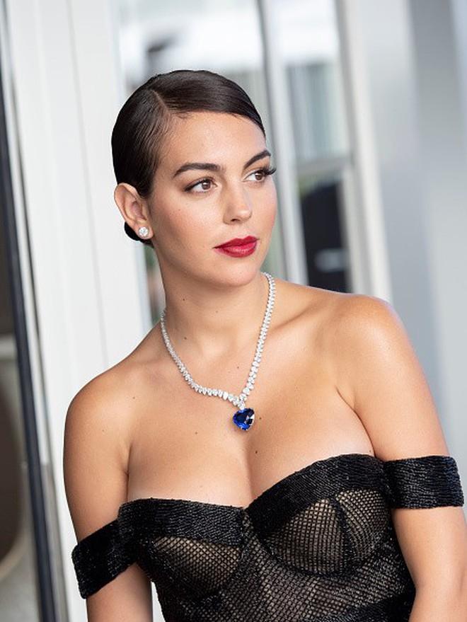 Chẳng cần hở bạo như Ngọc Trinh, bạn gái Ronaldo vẫn khiến fan phải phát cuồng, ná thở vì quá xinh đẹp và nóng bỏng khi xuất hiện ở Cannes - ảnh 1