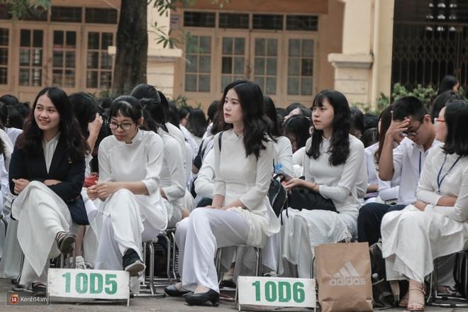 Những khoảnh khắc đẹp nhất mùa bế giảng tại Hà Nội: Dàn nữ sinh khóc lóc bù lu bù loa vẫn giữ được nét xinh xắn đến xao lòng - ảnh 14