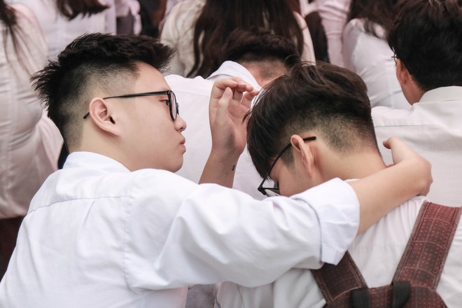 Những khoảnh khắc đẹp nhất mùa bế giảng tại Hà Nội: Dàn nữ sinh khóc lóc bù lu bù loa vẫn giữ được nét xinh xắn đến xao lòng - ảnh 18