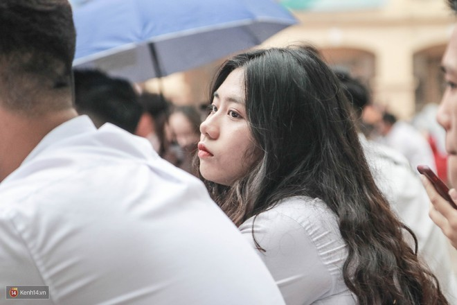 Những khoảnh khắc đẹp nhất mùa bế giảng tại Hà Nội: Dàn nữ sinh khóc lóc bù lu bù loa vẫn giữ được nét xinh xắn đến xao lòng - ảnh 12