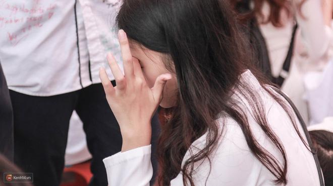 Những khoảnh khắc đẹp nhất mùa bế giảng tại Hà Nội: Dàn nữ sinh khóc lóc bù lu bù loa vẫn giữ được nét xinh xắn đến xao lòng - ảnh 15