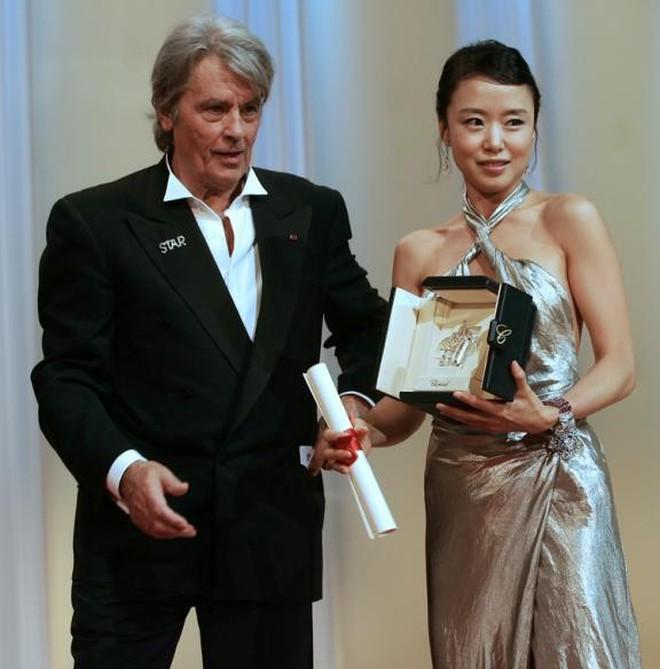Nữ minh tinh xứ Hàn lên thảm đỏ Cannes: Jeon Ji Hyun và mẹ Kim Tan gây choáng ngợp, nhưng sao nhí này mới đáng nể - ảnh 19