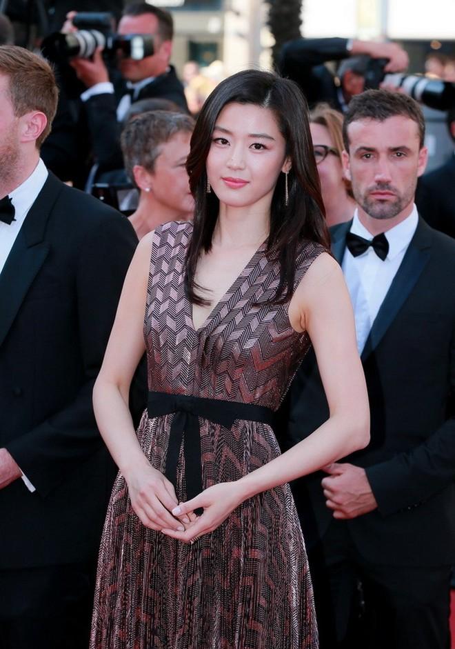 Nữ minh tinh xứ Hàn lên thảm đỏ Cannes: Jeon Ji Hyun và mẹ Kim Tan gây choáng ngợp, nhưng sao nhí này mới đáng nể - ảnh 5