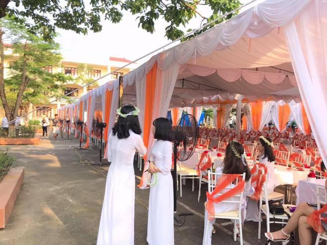 Trường nhà người ta mở hẳn bữa tiệc bày trăm mâm cỗ trong lễ bế giảng cho học sinh ăn uống tưng bừng - ảnh 1