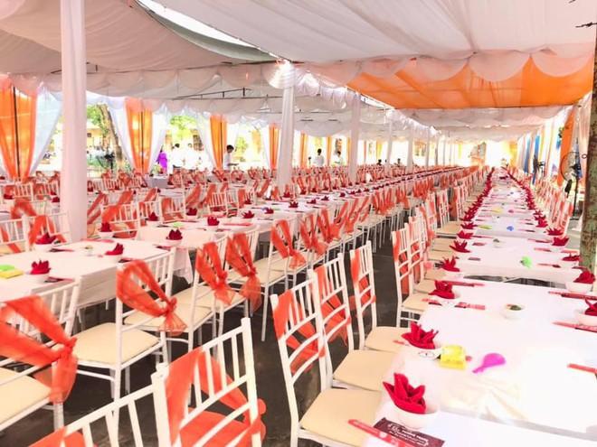 Trường nhà người ta mở hẳn bữa tiệc bày trăm mâm cỗ trong lễ bế giảng cho học sinh ăn uống tưng bừng - ảnh 2