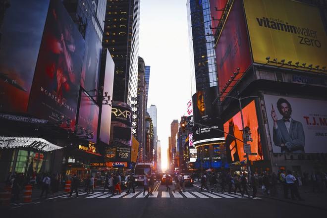 Bạn có thể phạm pháp và bị phạt nặng nếu vừa băng qua đường vừa bấm điện thoại ở New York - Ảnh 1.