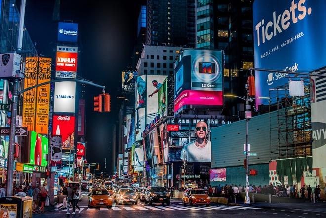 Bạn có thể phạm pháp và bị phạt nặng nếu vừa băng qua đường vừa bấm điện thoại ở New York - Ảnh 2.