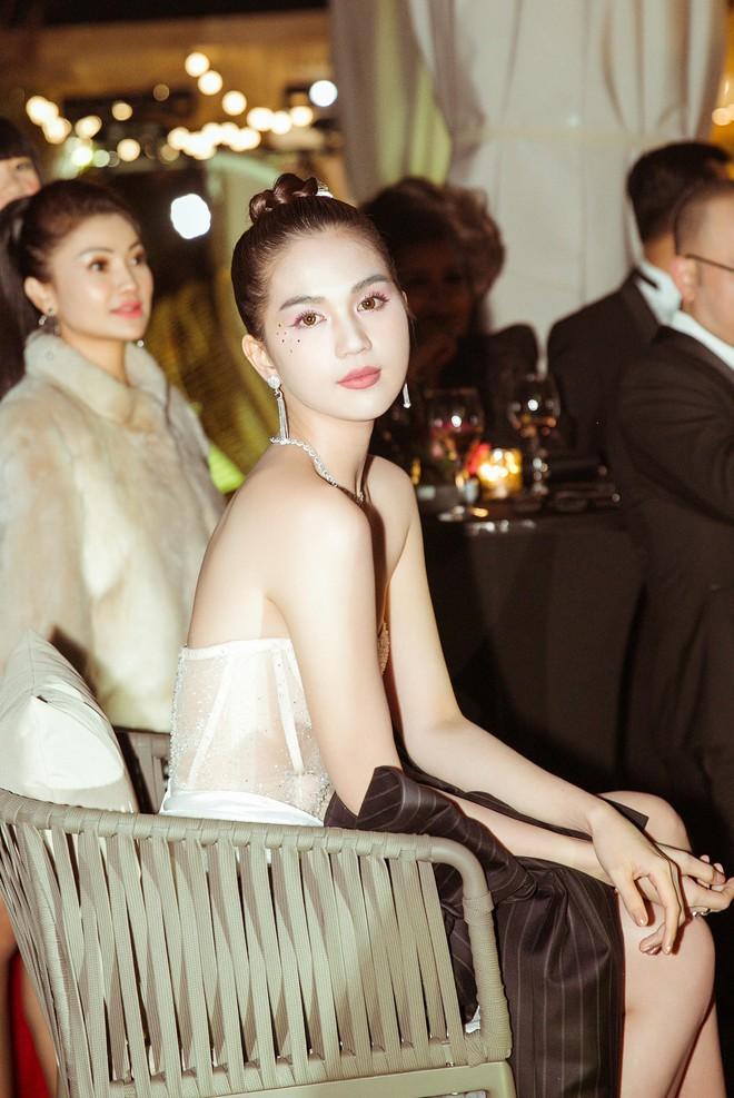 Ngọc Trinh xuất hiện gợi cảm, chọn mốt hở trên kín dưới sau màn khoe thân cực sốc trên thảm đỏ Cannes - ảnh 10