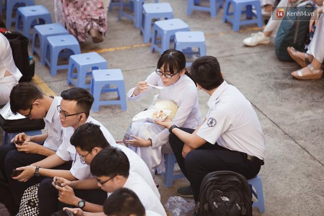 Không khóc lóc ỉ ôi ngày bế giảng, học sinh TPHCM cười phớ lớ tạm biệt tuổi học trò - ảnh 14