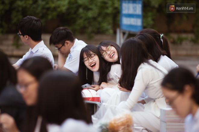 Không khóc lóc ỉ ôi ngày bế giảng, học sinh TPHCM cười phớ lớ tạm biệt tuổi học trò - ảnh 13