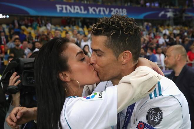 Cô gái vàng trong làng lọ lem đời thực: Mẫu 9x chiếm trọn trái tim, khối tài sản nửa tỷ đô của tay sát gái Ronaldo - ảnh 16
