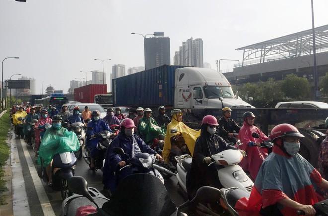 Người đàn ông mang quốc tịch Mỹ lao đầu vào xe container tự tử ở Sài Gòn - Ảnh 2.