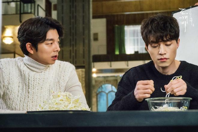 Trai đẹp Lee Dong Wook ủng hộ Gong Yoo nguyên xe cafe: Khỏi cần fan chèo thuyền, hai anh đây tự đẩy! - ảnh 11