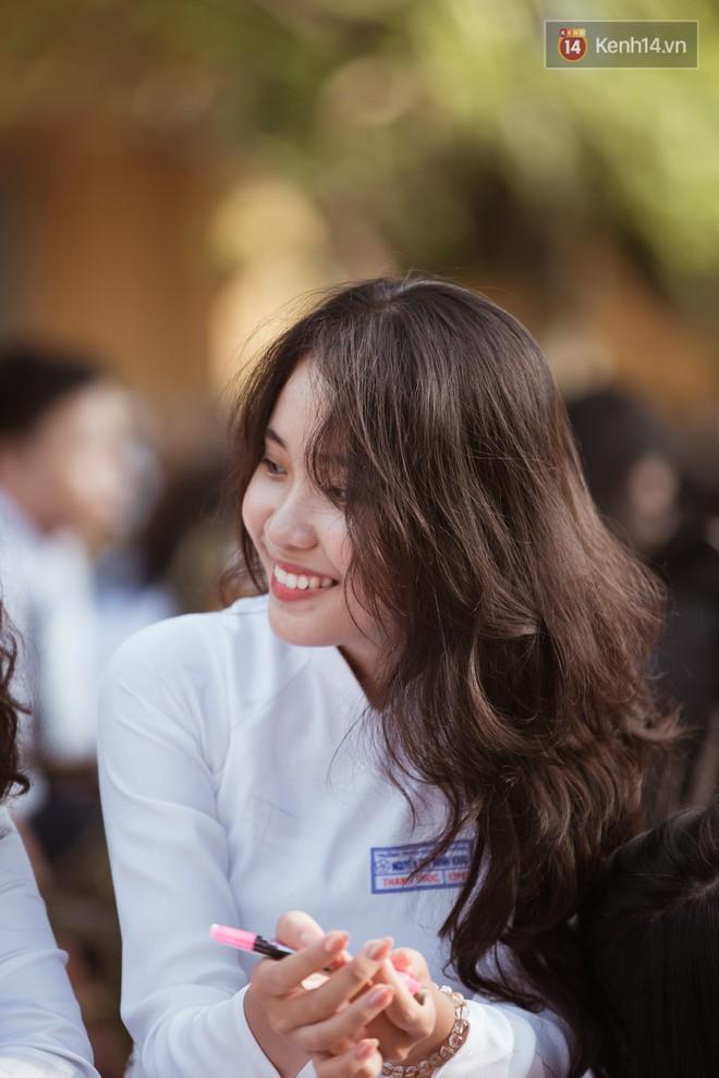Bế giảng trường THPT hơn 100 tuổi, lâu đời bậc nhất Việt Nam: Cả một trời trai xinh gái đẹp - ảnh 1