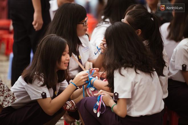 Học sinh trường Minh Khai (TPHCM) ôm nhau khóc nức nở chia tay thầy cô, bạn bè - ảnh 2