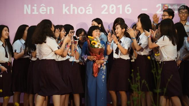 Học sinh trường Minh Khai (TPHCM) ôm nhau khóc nức nở chia tay thầy cô, bạn bè - ảnh 8