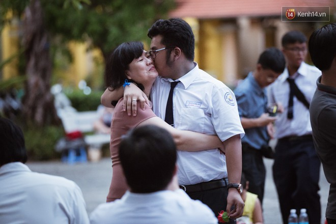 Học sinh trường Minh Khai (TPHCM) ôm nhau khóc nức nở chia tay thầy cô, bạn bè - ảnh 6