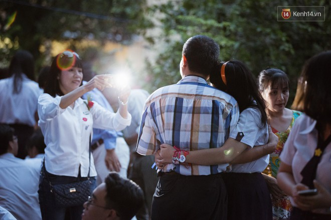 Học sinh trường Minh Khai (TPHCM) ôm nhau khóc nức nở chia tay thầy cô, bạn bè - ảnh 3