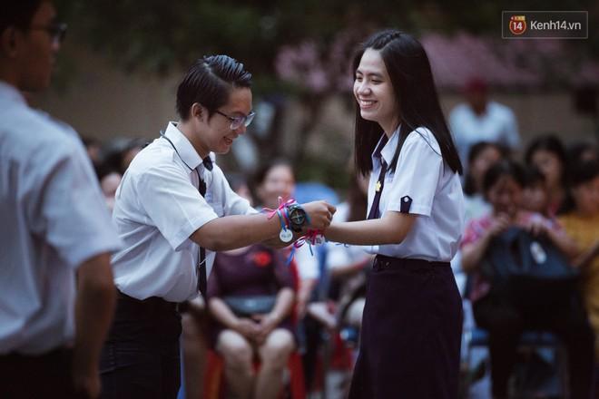 Học sinh trường Minh Khai (TPHCM) ôm nhau khóc nức nở chia tay thầy cô, bạn bè - ảnh 1