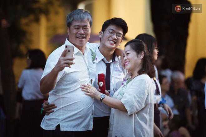 Học sinh trường Minh Khai (TPHCM) ôm nhau khóc nức nở chia tay thầy cô, bạn bè - ảnh 5