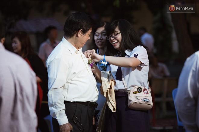 Học sinh trường Minh Khai (TPHCM) ôm nhau khóc nức nở chia tay thầy cô, bạn bè - ảnh 4