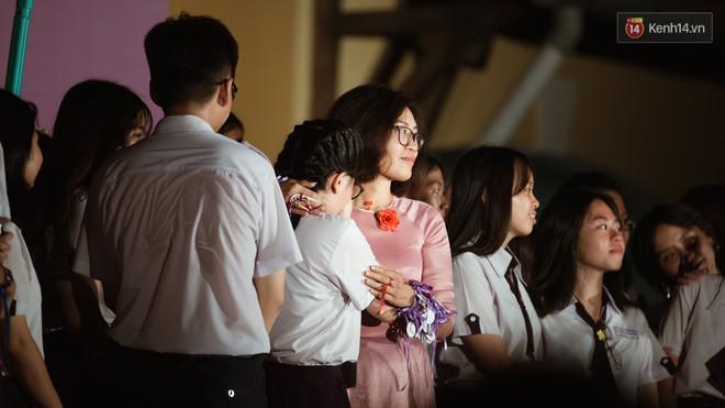 Học sinh trường Minh Khai (TPHCM) ôm nhau khóc nức nở chia tay thầy cô, bạn bè - ảnh 7