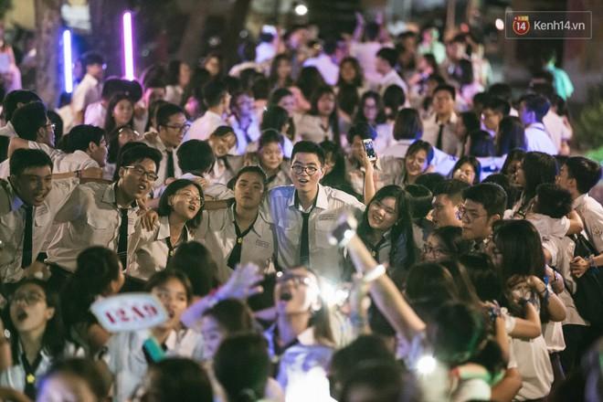 Học sinh trường Minh Khai (TPHCM) ôm nhau khóc nức nở chia tay thầy cô, bạn bè - ảnh 12