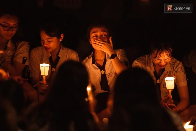 Học sinh trường Minh Khai (TPHCM) ôm nhau khóc nức nở chia tay thầy cô, bạn bè - ảnh 18