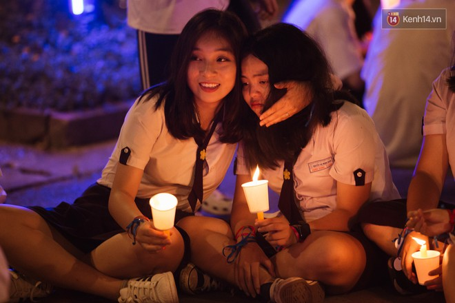 Học sinh trường Minh Khai (TPHCM) ôm nhau khóc nức nở chia tay thầy cô, bạn bè - ảnh 19