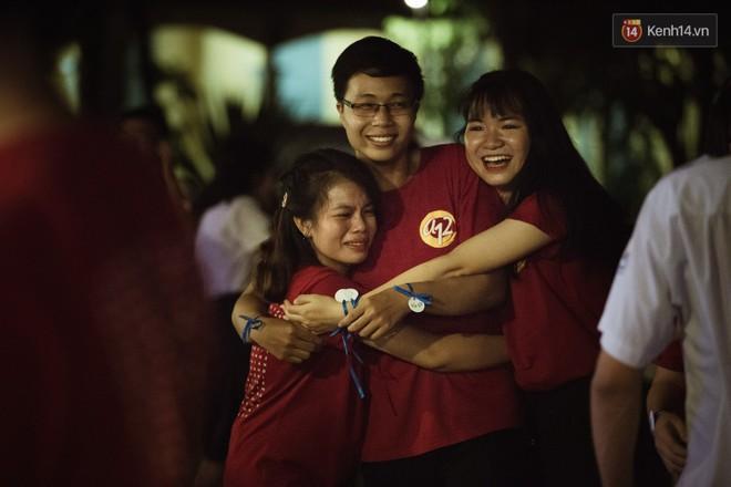 Học sinh trường Minh Khai (TPHCM) ôm nhau khóc nức nở chia tay thầy cô, bạn bè - ảnh 20