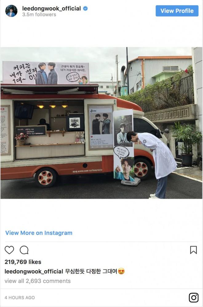 Trai đẹp Lee Dong Wook ủng hộ Gong Yoo nguyên xe cafe: Khỏi cần fan chèo thuyền, hai anh đây tự đẩy! - ảnh 5