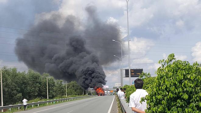 Container bốc cháy dữ dội, phong tỏa cao tốc TP HCM-Long Thành-Dầu Giây để dập lửa - Ảnh 1.