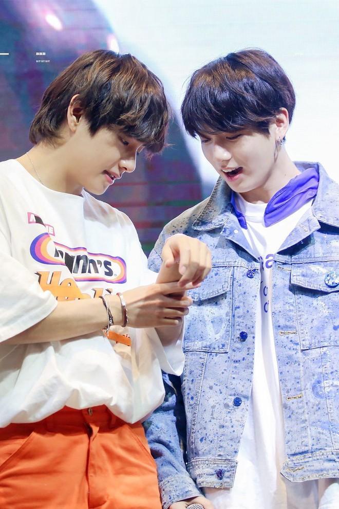 Ngọt như cặp bromance hot nhất Kpop: V (BTS) lén làm điều này cho Jungkook, ai ngờ sau 1 năm bị ghi lại hết trong clip - ảnh 11