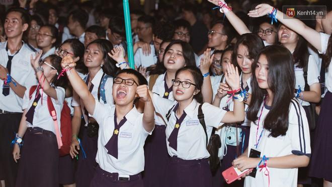 Học sinh trường Minh Khai (TPHCM) ôm nhau khóc nức nở chia tay thầy cô, bạn bè - ảnh 9