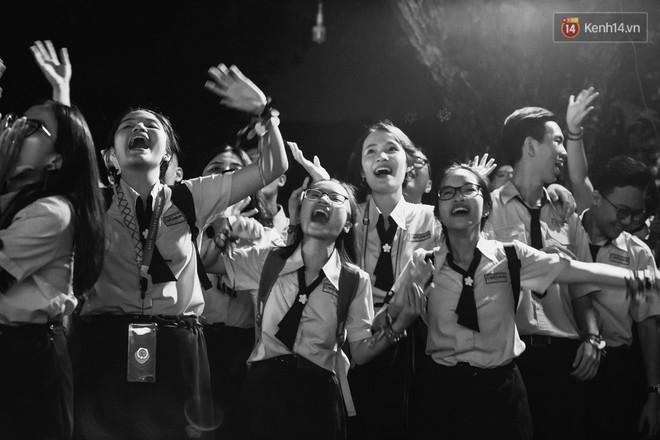 Học sinh trường Minh Khai (TPHCM) ôm nhau khóc nức nở chia tay thầy cô, bạn bè - ảnh 10