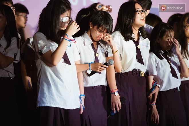 Học sinh trường Minh Khai (TPHCM) ôm nhau khóc nức nở chia tay thầy cô, bạn bè - ảnh 15