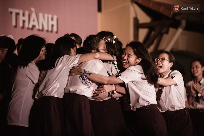 Học sinh trường Minh Khai (TPHCM) ôm nhau khóc nức nở chia tay thầy cô, bạn bè - ảnh 11