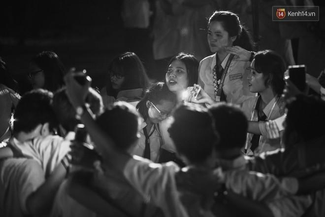 Học sinh trường Minh Khai (TPHCM) ôm nhau khóc nức nở chia tay thầy cô, bạn bè - ảnh 16