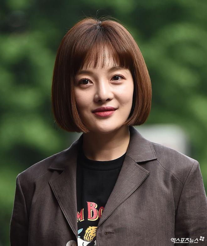 Tiệc mừng công bom tấn Vagabond: Suzy giản dị hết cỡ, xinh xắn nhưng bị nữ phụ vô danh lấn át bên dàn tài tử Hàn - Ảnh 12.