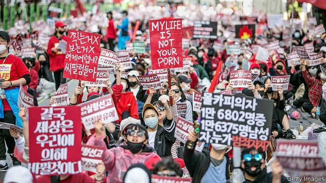 """Tiên tiến như Hàn Quốc phụ nữ cũng bị chèn ép đủ đường, nữ sinh viên tham chiến nữ quyền với tuyên ngôn: """"Tôi không có bạn trai, tôi thích con gái"""" - ảnh 2"""