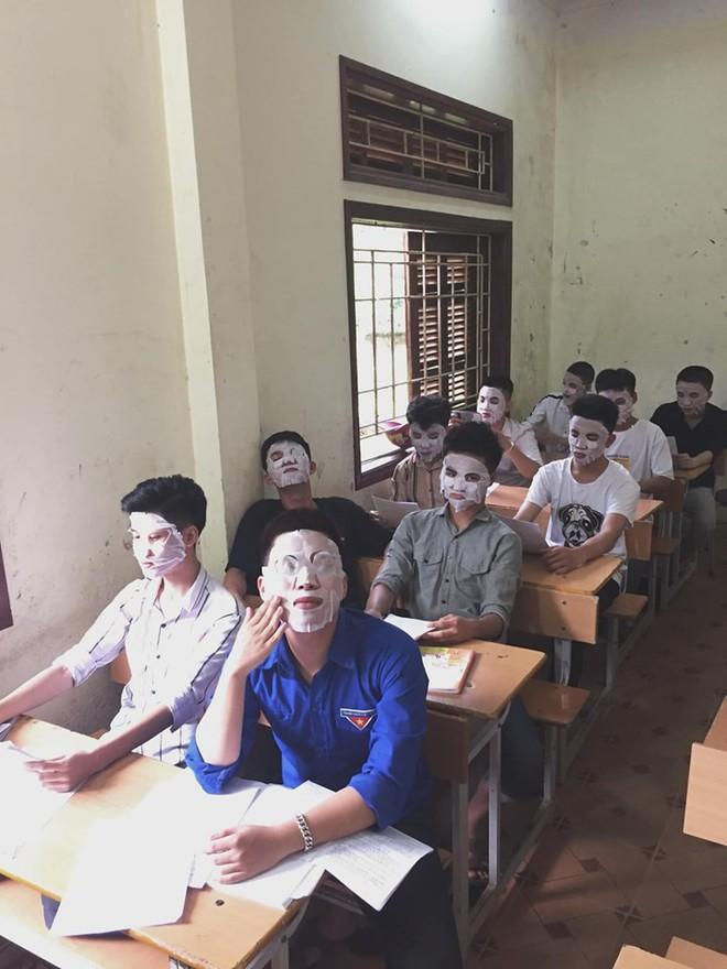 Giải đề quá căng thẳng, các nam sinh lớp học này đắp mặt nạ để xả stress - ảnh 1