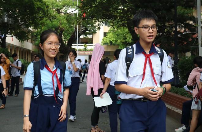 Kỳ thi tuyển sinh lớp 10: Giá xăng tăng vào đề thi trường Năng khiếu, thí sinh dễ thở - ảnh 1