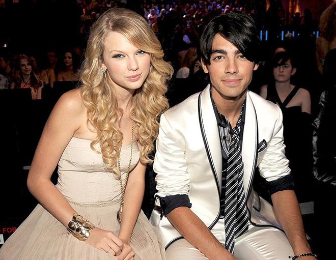 Đụng mặt vợ mới cưới của tình cũ trên truyền hình, Taylor Swift khiến khán giả bất ngờ vì hành động này - ảnh 1