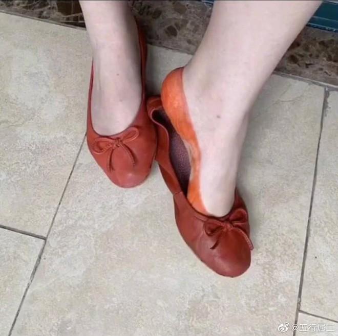 Mua giày cam đất hàng hiếm tự nhiên được khuyến mại thêm đôi tất, cô gái tội nghiệp chẳng biết vui hay buồn - Ảnh 2.